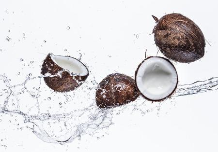Noix de coco avec les projections d'eau isolé sur blanc Banque d'images - 26924473