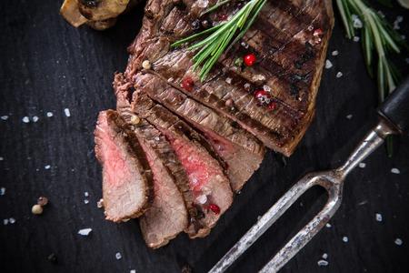 나무 테이블, 근접 촬영에 맛 쇠고기 스테이크