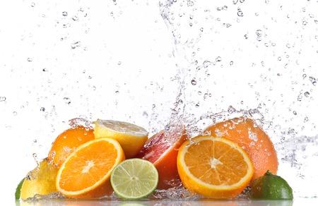 citricos: Fruta fresca con el chapoteo del agua