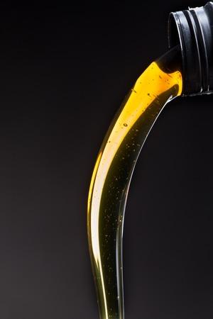 Huile à moteur verser sur fond noir
