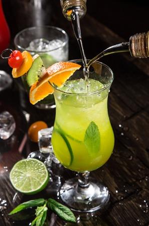 coctel margarita: Verter un c�ctel en el vaso, primer plano Foto de archivo