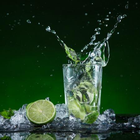 Verse mojito cocktail in bevriezen beweging spatten, close-up