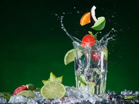 Fresco cóctel de frutas en salpicaduras congelar el movimiento, primer plano