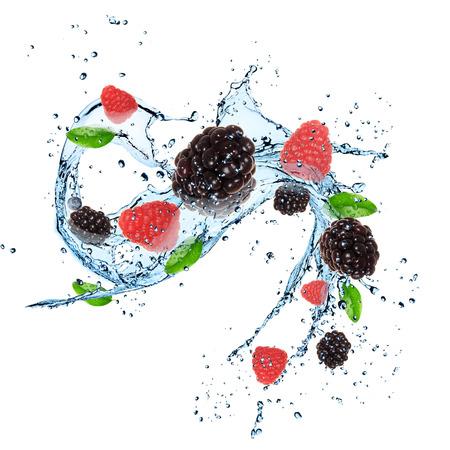 Frische Beeren mit Wasser spritzen über weißem Standard-Bild - 29162687