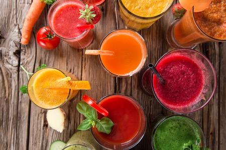 나무 테이블에 신선한 과일과 야채 주스