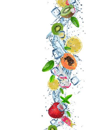 Vers fruit met water splash op een witte achtergrond