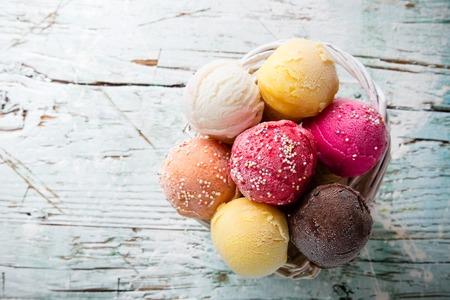 cono de helado: Cucharadas del helado en la mesa de madera, close-up