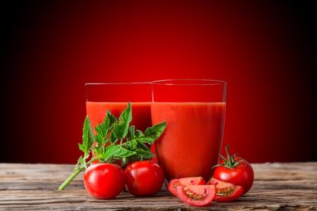 Frischer Tomatensaft, gesunde Getränke auf Holztisch
