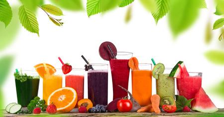 신선한 주스 혼합 과일, 나무 테이블에 건강 음료
