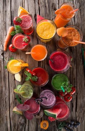 verre de jus d orange: Fruits frais jus de mélange, des boissons saines sur table en bois