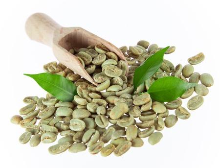 planta de cafe: Los granos de café verde en el fondo blanco Foto de archivo