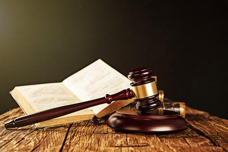 木製の小槌や木製のテーブル, 法の概念に関する書籍