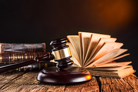Wooden gavel and books on wooden table, law concept Stockfoto