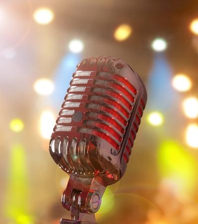 microfono antiguo: Micrófono retro contra el fondo colorido