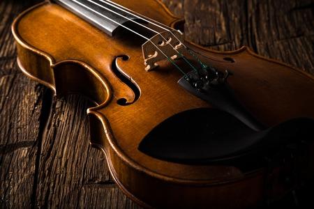 violines: viol�n en el estilo vintage en el fondo de madera