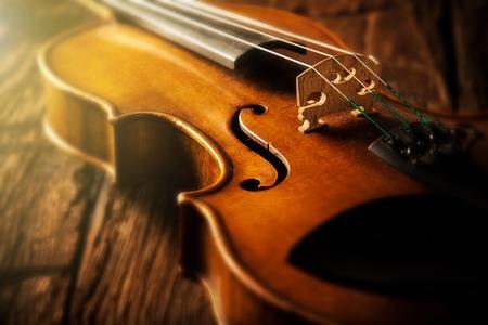 나무 배경에 빈티지 스타일의 바이올린