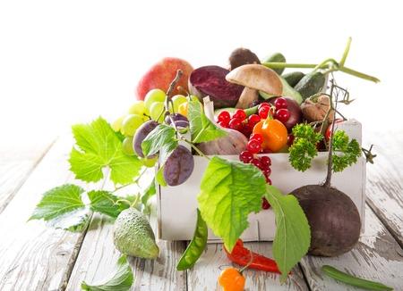 comiendo fruta: Saludable vegetales org�nicos en mesa de madera, close-up.