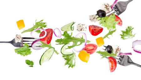 흰색 배경에 고립 된 비행 야채 재료와 신선한 샐러드입니다.