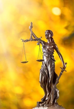 Themis in spotlight - concept van rechtvaardigheid. Stockfoto