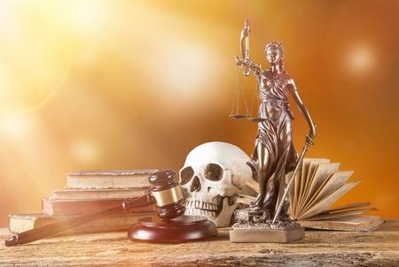 dama de la justicia: Themis en centro de atención - concepto de justicia.