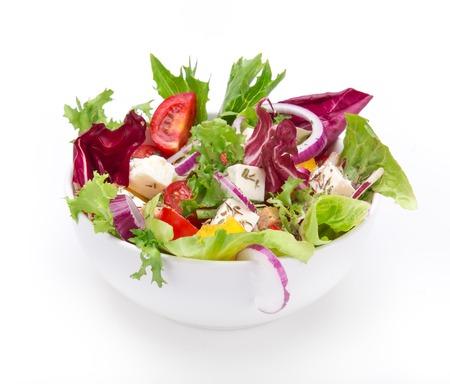 salad in plate: Sabrosa ensalada fresca aislada en el fondo blanco