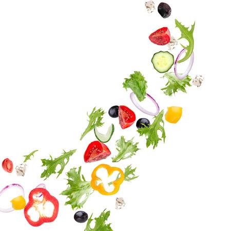 aire puro: Ensalada fresca con verduras volando ingredientes aislados en un fondo blanco.