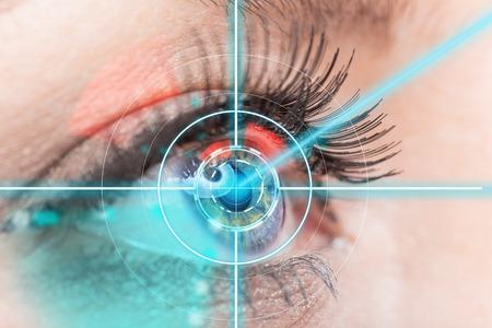 lentes de contacto: Cierre de la mujer del ojo con la medicina láser, la tecnología concepto.