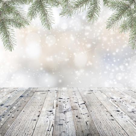 Holztisch mit Weihnachtsschmuck Standard-Bild - 33178721