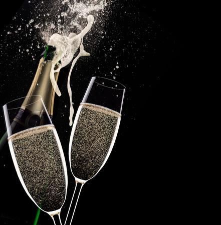 flauta: Flautas de champán en fondo negro, celebración tema.