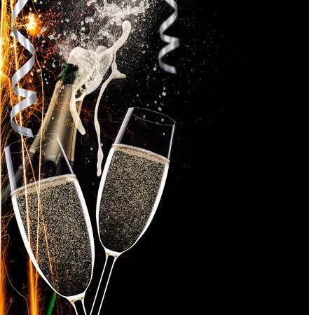 黒の背景に、お祝いテーマ シャンパン フルート。