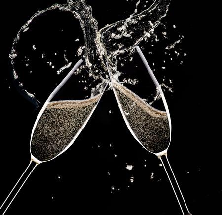 brindisi spumante: Champagne flauti su sfondo nero, celebrazione tema.