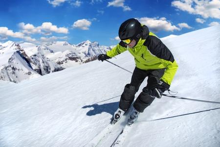 narciarz: Narciarz w wysokich górach w czasie słoneczny dzień. Zdjęcie Seryjne