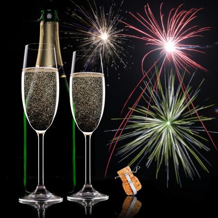 Champagne fluiten op zwarte achtergrond, viering thema.