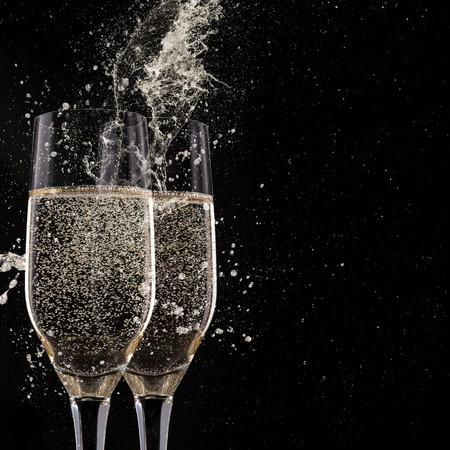 saúde: Flautas de Champagne no fundo preto, celebração tema.