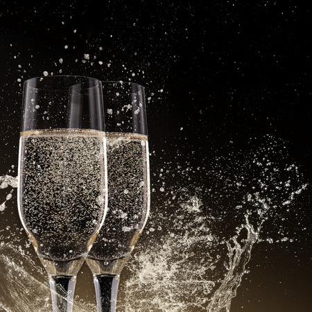 Champagne fluiten op een zwarte achtergrond, thema feest.