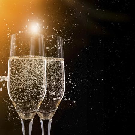 Flautas de champán en fondo negro, tema de la celebración. Foto de archivo - 34014009