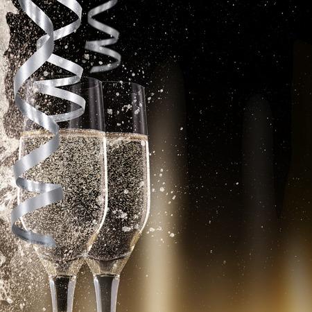 黒の背景、お祝いテーマのシャンパン フルートは。