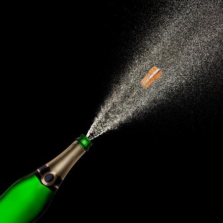 Champagne explosie op zwarte achtergrond, thema feest.