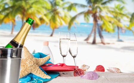 Champagne fles op zandstrand Stockfoto
