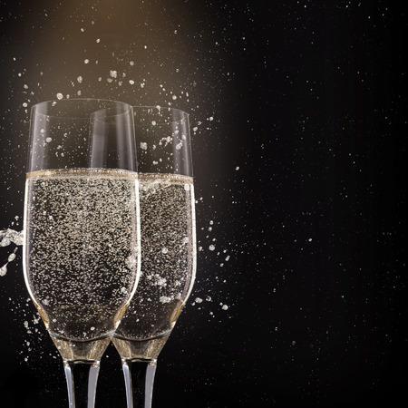 Flûtes à champagne sur fond noir, thème de la célébration. Banque d'images - 34392739