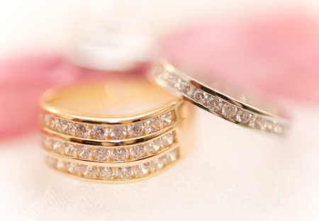 bodas de plata: Oro y anillos de bodas de plata sobre un coj�n Foto de archivo