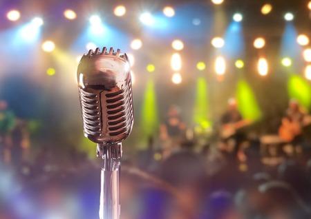 microfono de radio: Micrófono retro contra el fondo colorido
