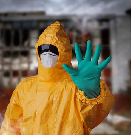 laboratorio clinico: Cient�fico con el traje de protecci�n de materiales peligrosos amarillo, concepto �bola. Foto de archivo