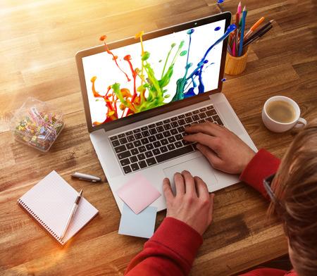 노트북, 사무 용품 및 나무 책상과 직장. 스톡 콘텐츠