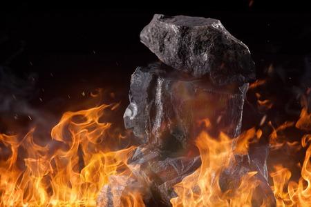 carbone: Grumi di carbone con fiamme del fuoco, primo piano