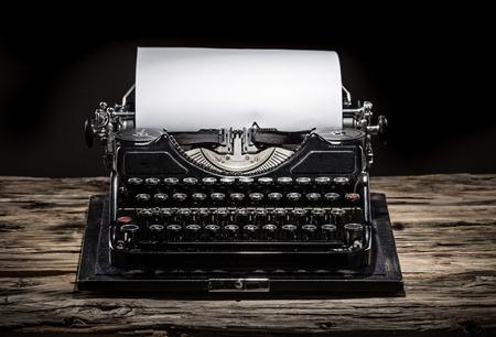 typewriter: Máquina de escribir vieja de la vendimia, primer plano.