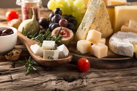 queso de cabra: Varios tipos de queso, naturaleza muerta.
