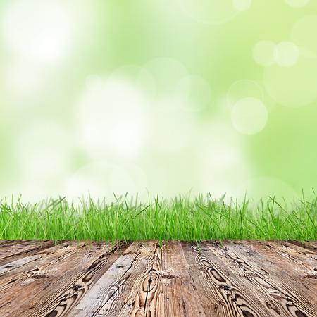Grünes Gras mit Holztisch