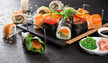 mariscos: Set de sushi de mariscos japon�s en negro el fondo de piedra Foto de archivo