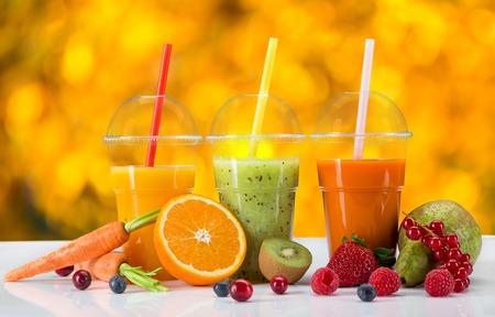 Fruta fresca mezcla de jugos, bebidas saludables en la mesa de madera.